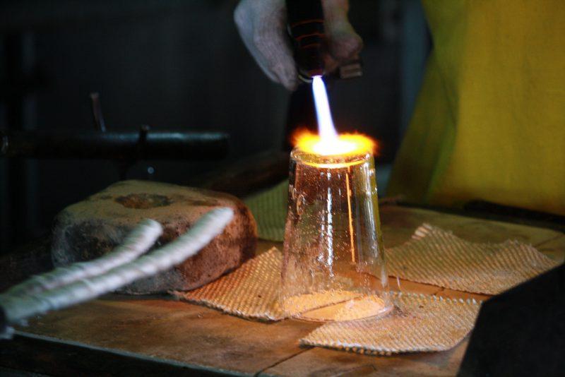 ていねいな作業で美しいガラス工芸へと生まれ変わります