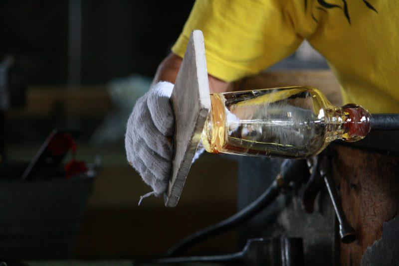 職人さんが1つ1つ手作りで制作していきます