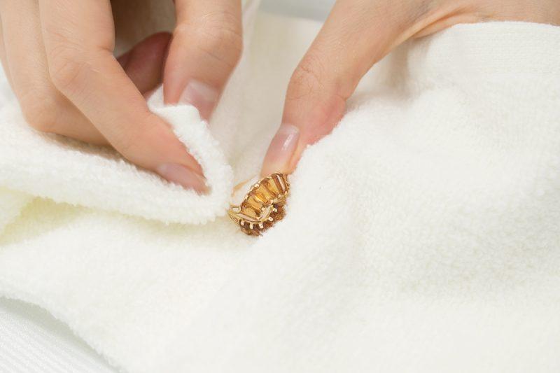 流水で流した後、タオルで水分を拭き取る