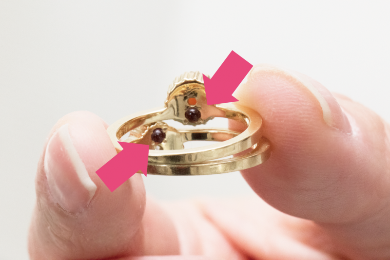 おかゆのリングにはモチーフの裏側にエナジャイジングガーネットがついてます