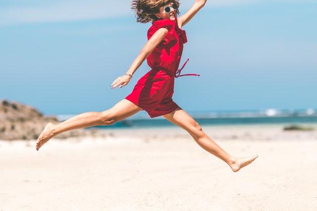 ゴーヤを食べて元気になってジャンプしている女性