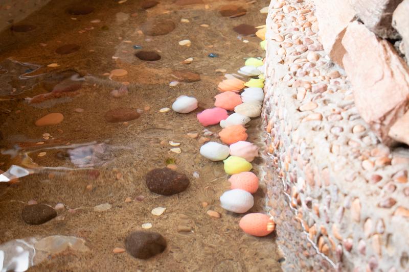 足湯の中にはツボ押し用ゴルフボールがたくさん