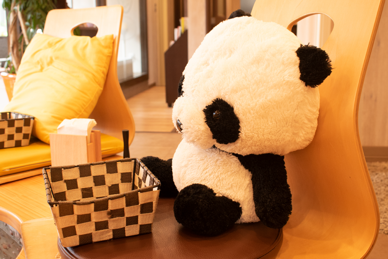 台東区らしいパンダのぬいぐるみがいる席