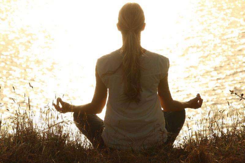朝焼けのなかで行う瞑想